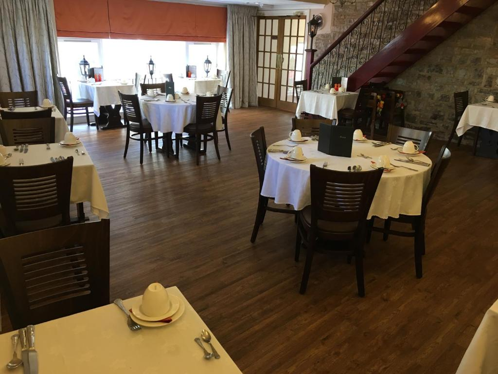A restaurant or other place to eat at Queenswood Hotel