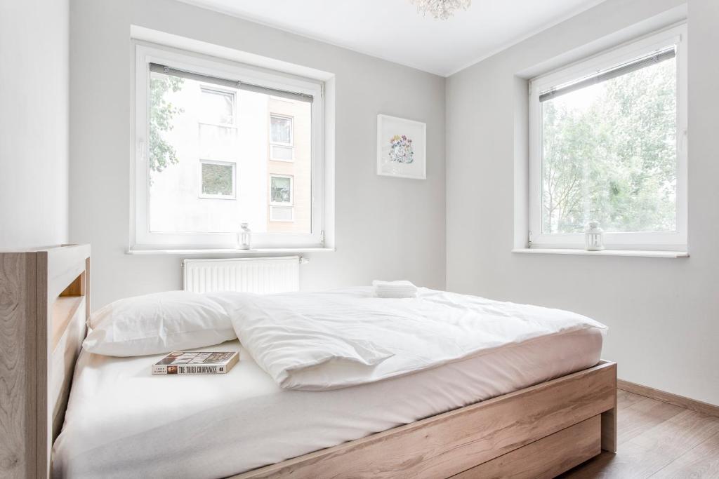 A bed or beds in a room at Apartament na Ciepłej - dwupokojowe komfortowe mieszkanie blisko centrum