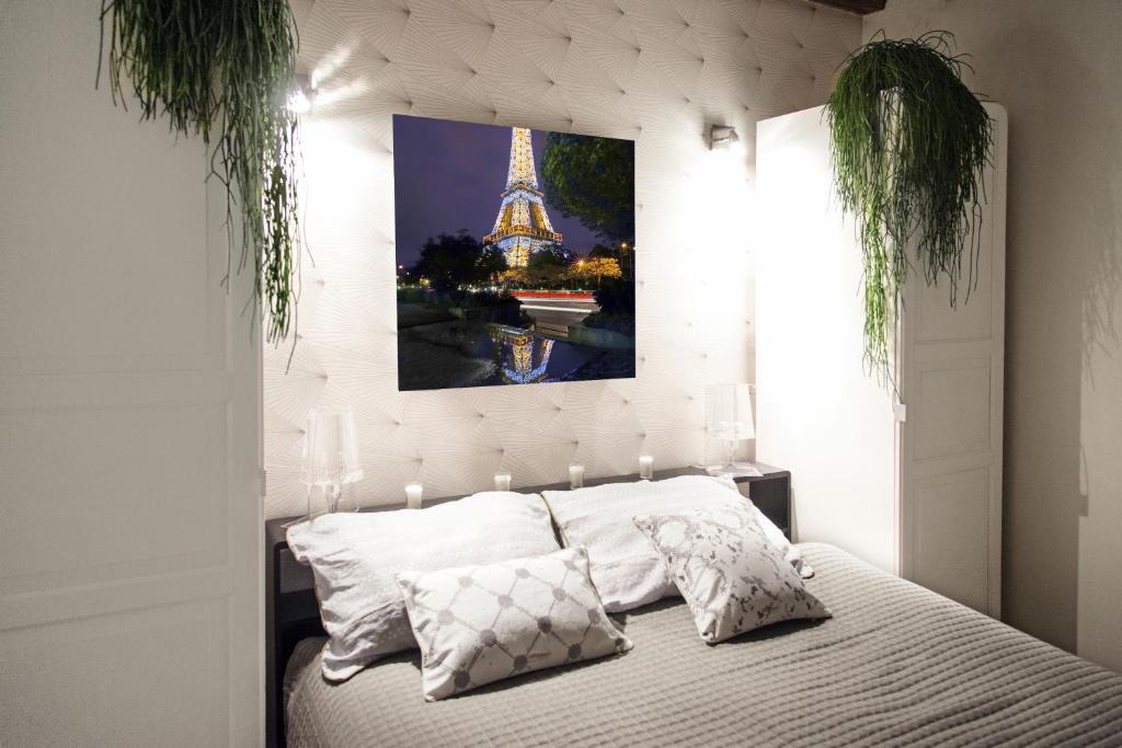 A bed or beds in a room at My Nest Inn Paris Panthéon - 31m2 - 2min du Panthéon