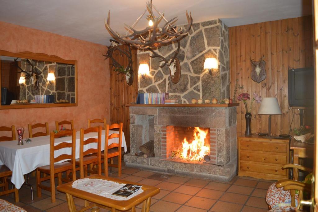 Un restaurante o sitio para comer en Hostal Revinuesa
