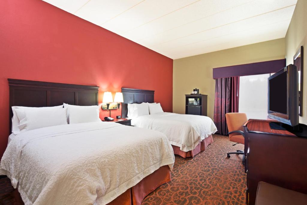 A bed or beds in a room at Hampton Inn Winfield Teays Valley