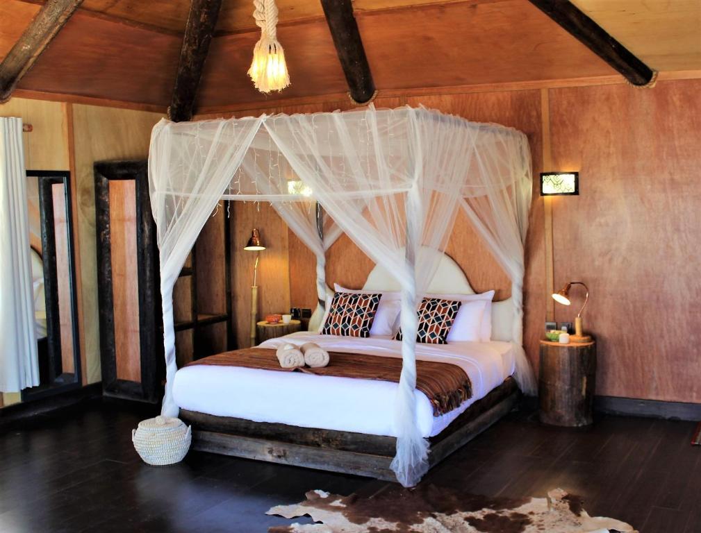 سرير أو أسرّة في غرفة في Souly Ecolodge Salalah