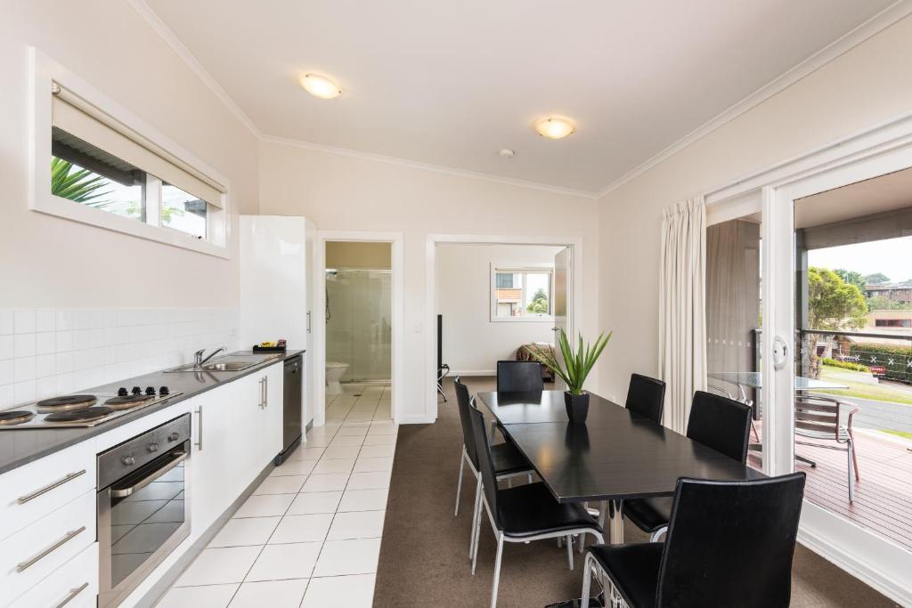 A kitchen or kitchenette at Horizon Apartments