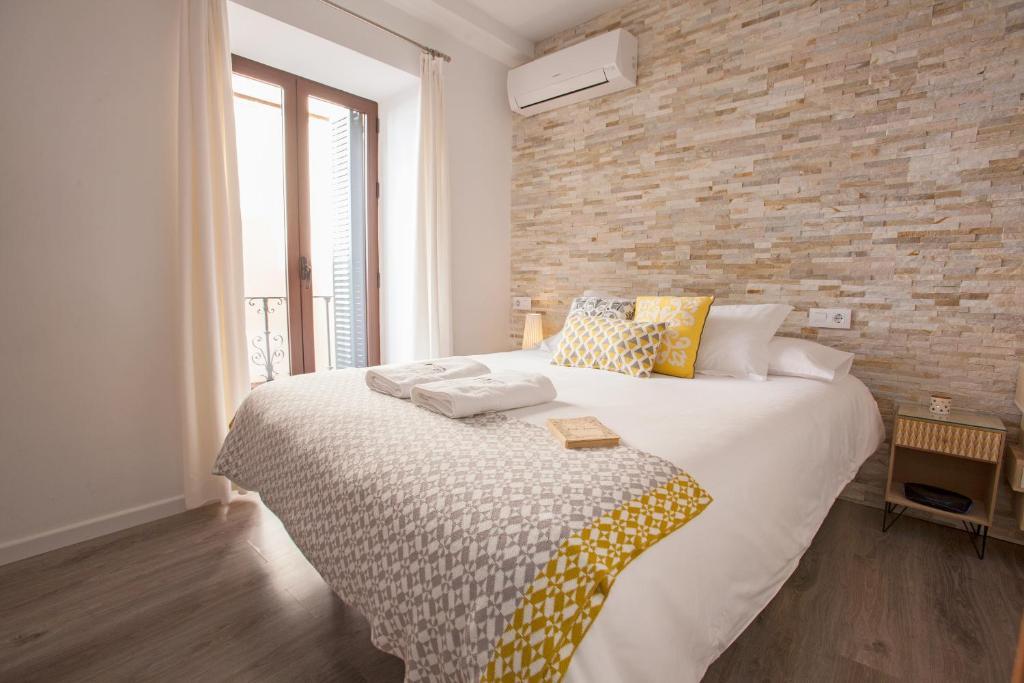A bed or beds in a room at COME TO SEVILLA La Casa de las Especias