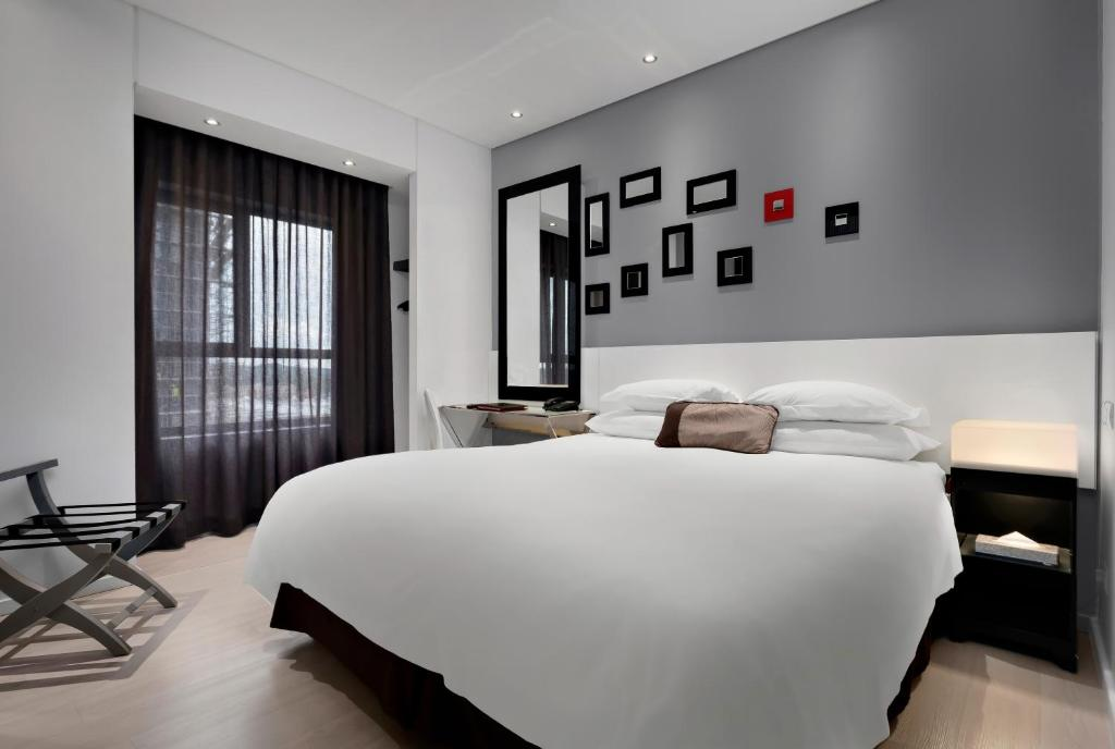 A bed or beds in a room at Protea Hotel Fire & Ice! by Marriott Pretoria Menlyn