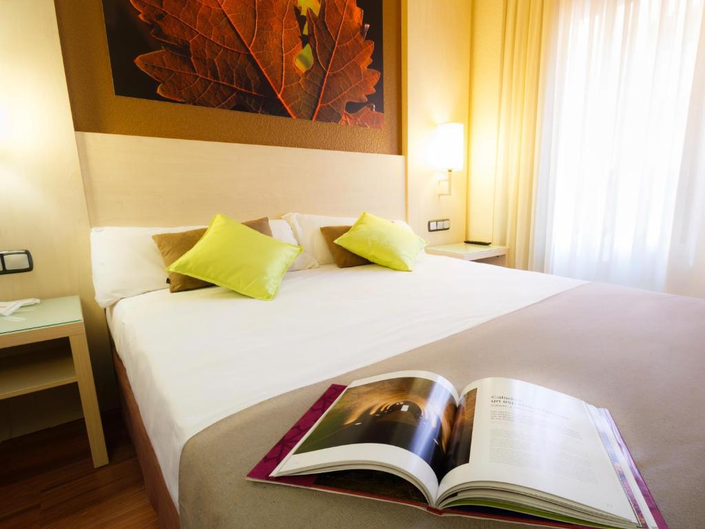 A bed or beds in a room at Hotel Condes de Haro