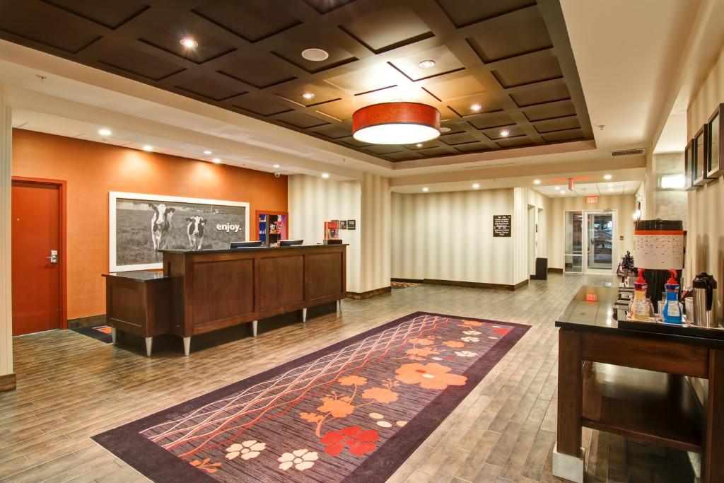 The lobby or reception area at Hampton Inn & Suites Red Deer