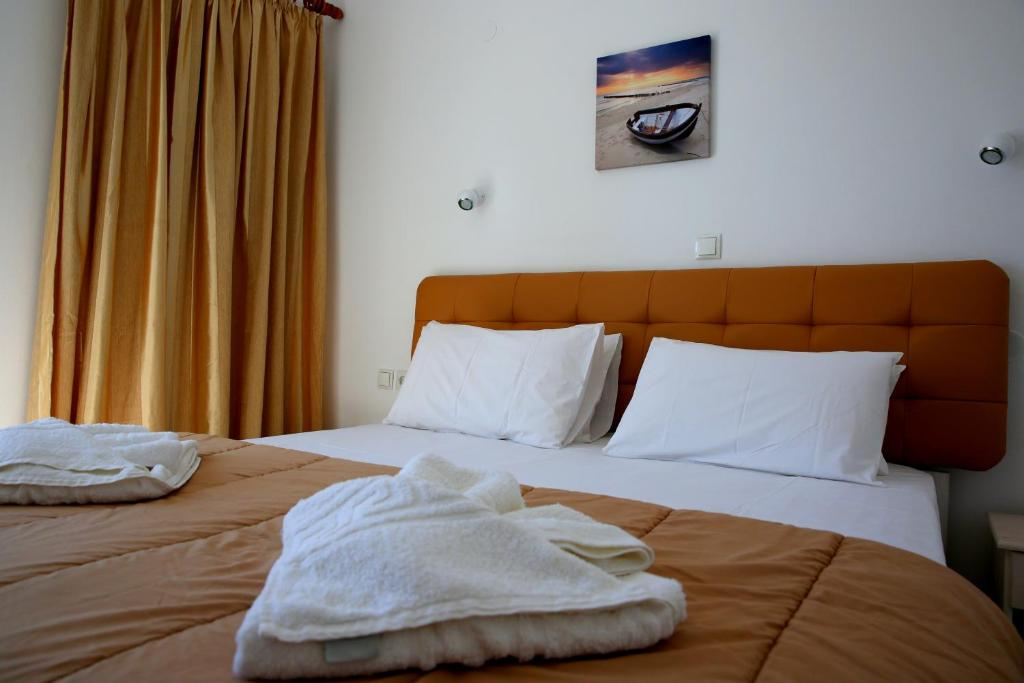 A bed or beds in a room at Kappatos Studios & Apartments