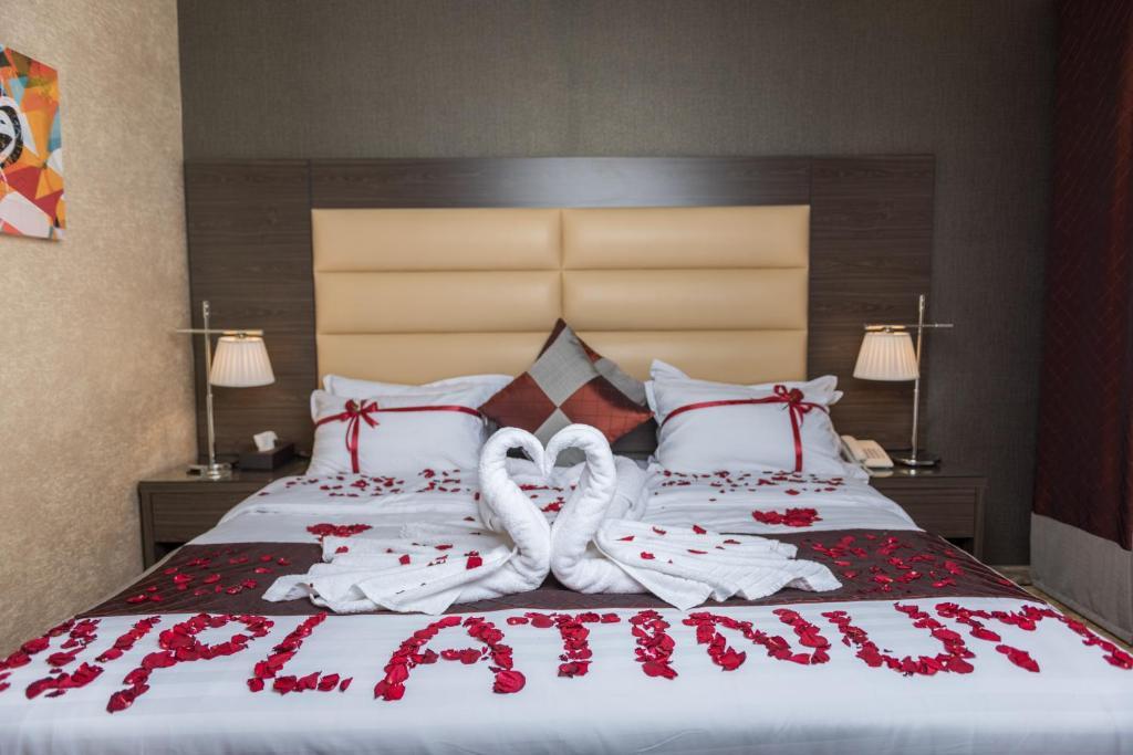 Cama ou camas em um quarto em N Platinum Hotel