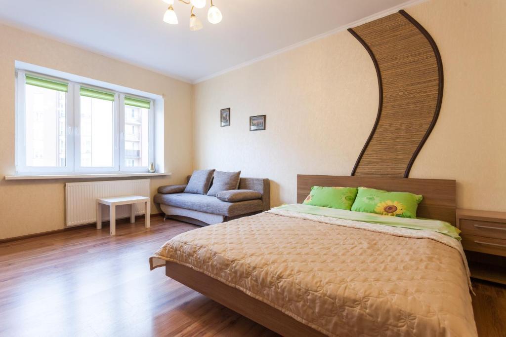 Кровать или кровати в номере KenigApart Римская 31