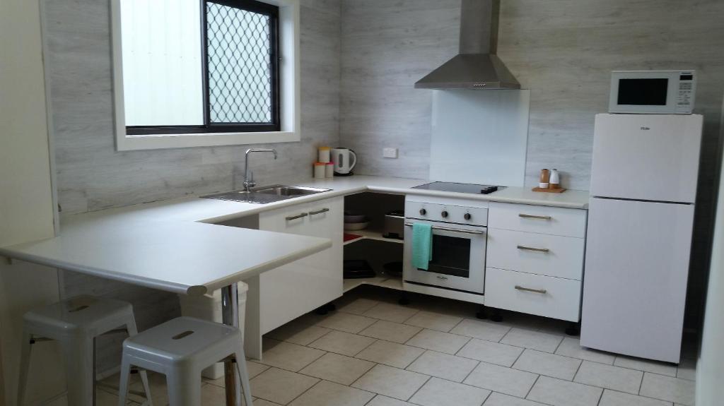 A kitchen or kitchenette at Riverside Motel