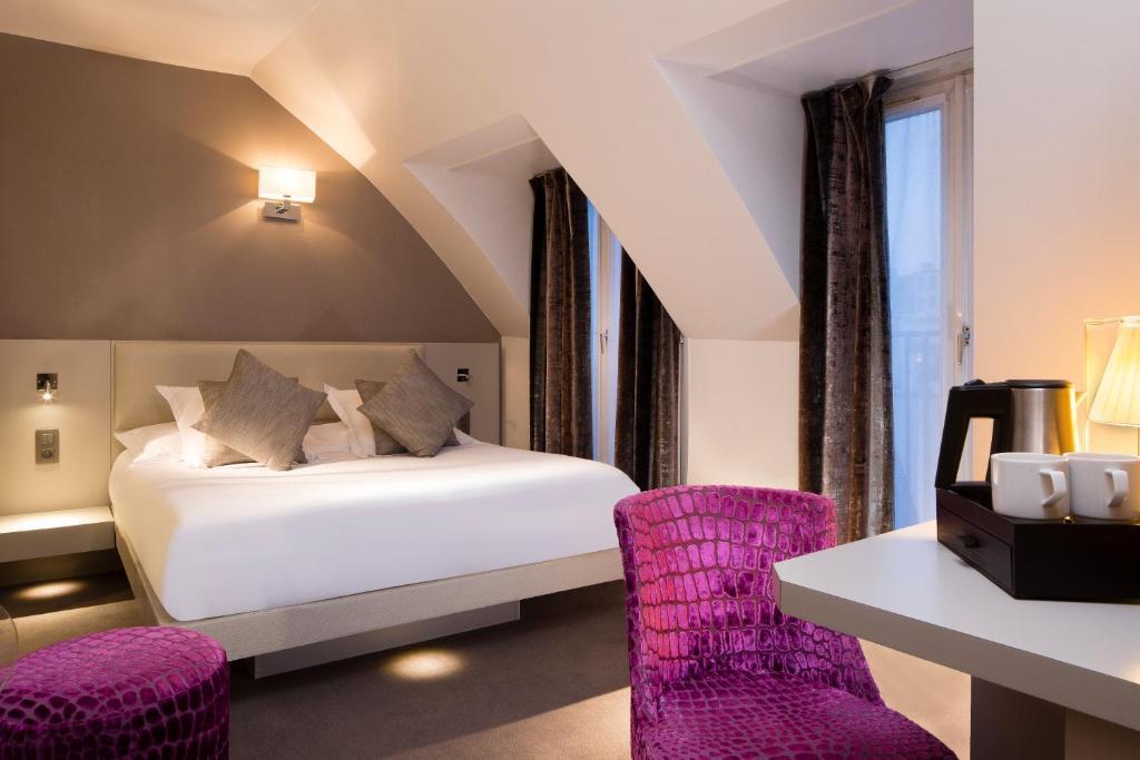 מיטה או מיטות בחדר ב-Hôtel Jacques De Molay