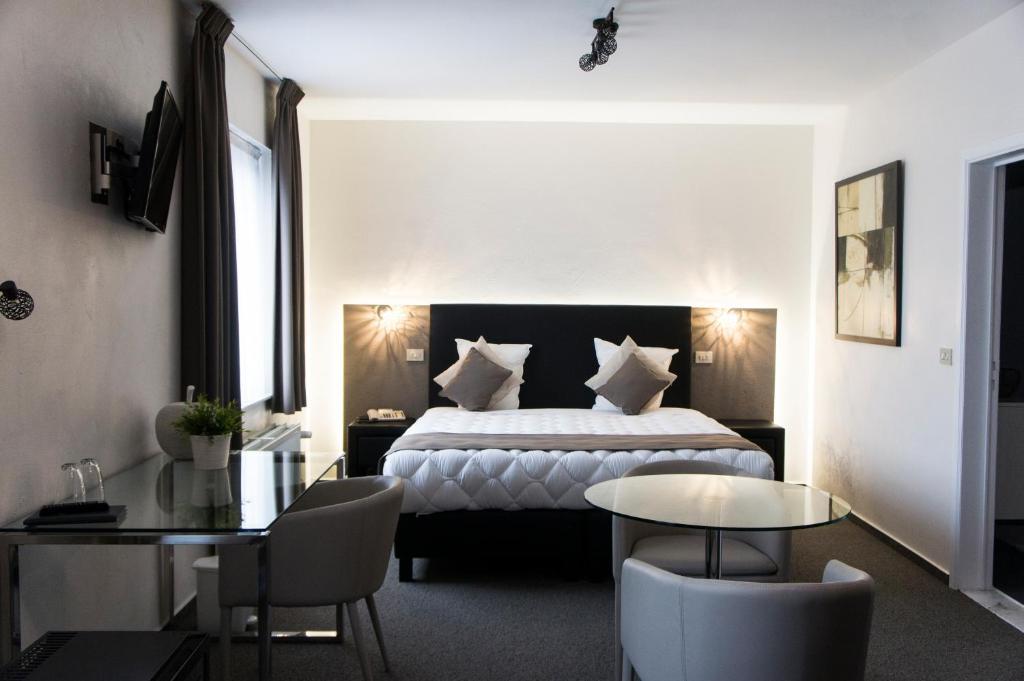 Een bed of bedden in een kamer bij Hotel Adoma
