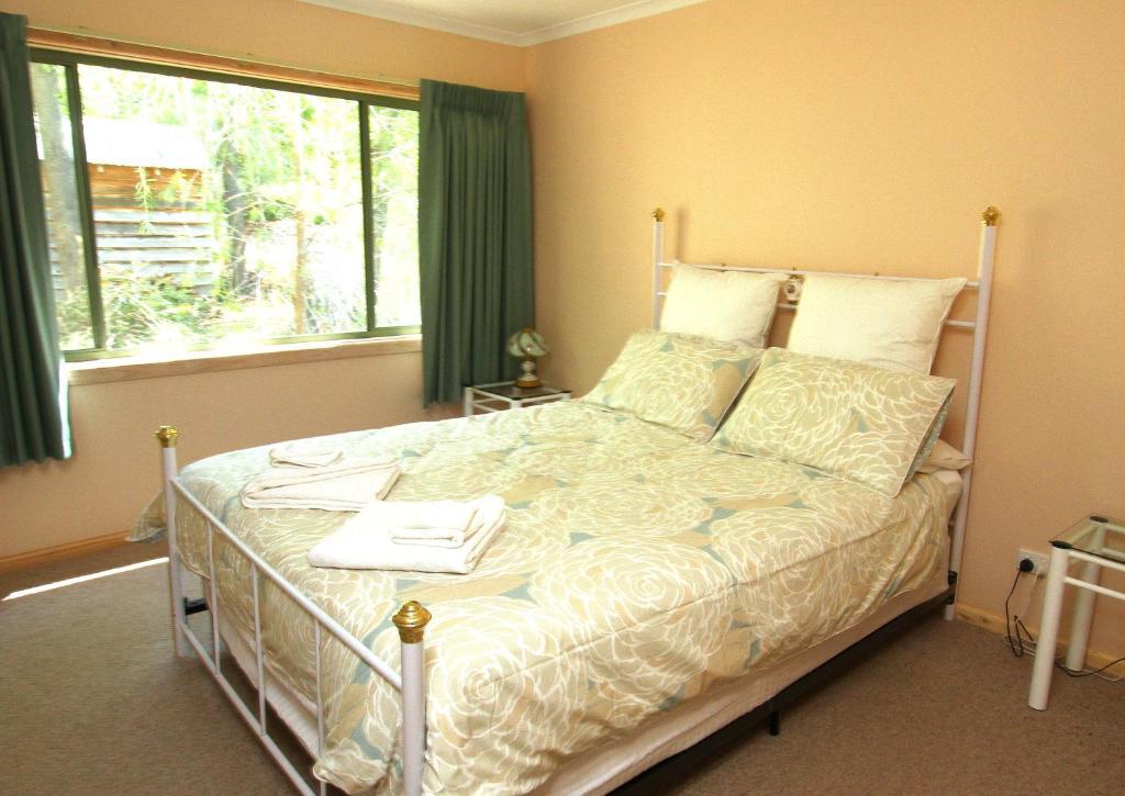 A bed or beds in a room at Serene Vista Halls Gap