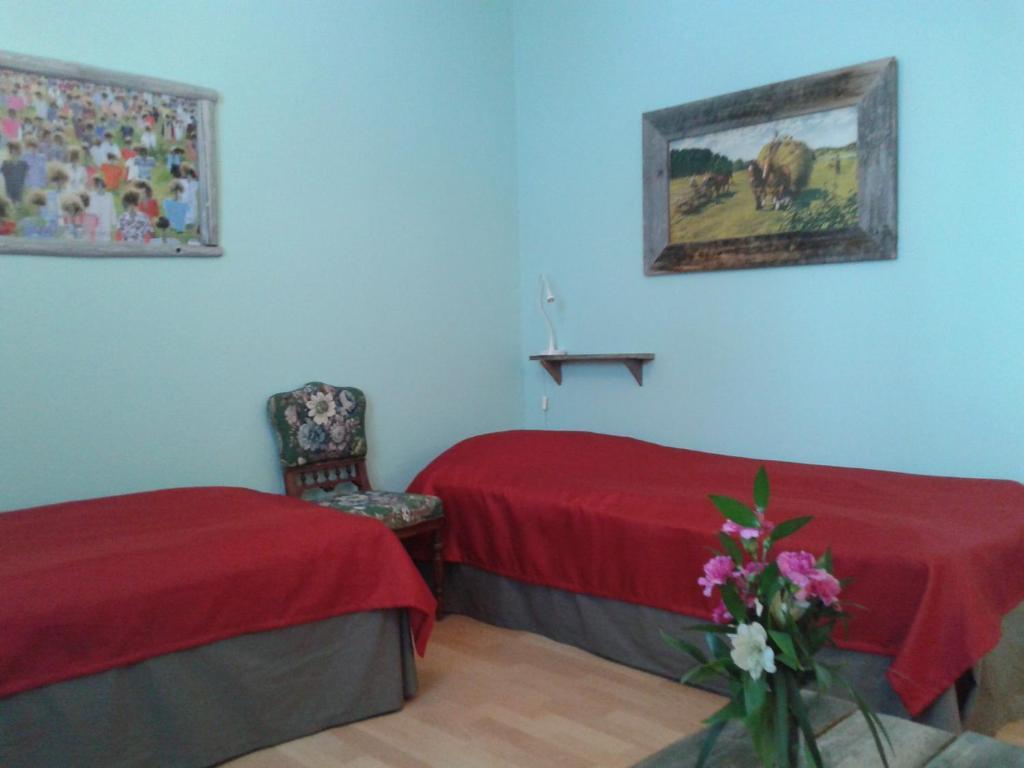 A bed or beds in a room at Matkustajakoti Kuutamo