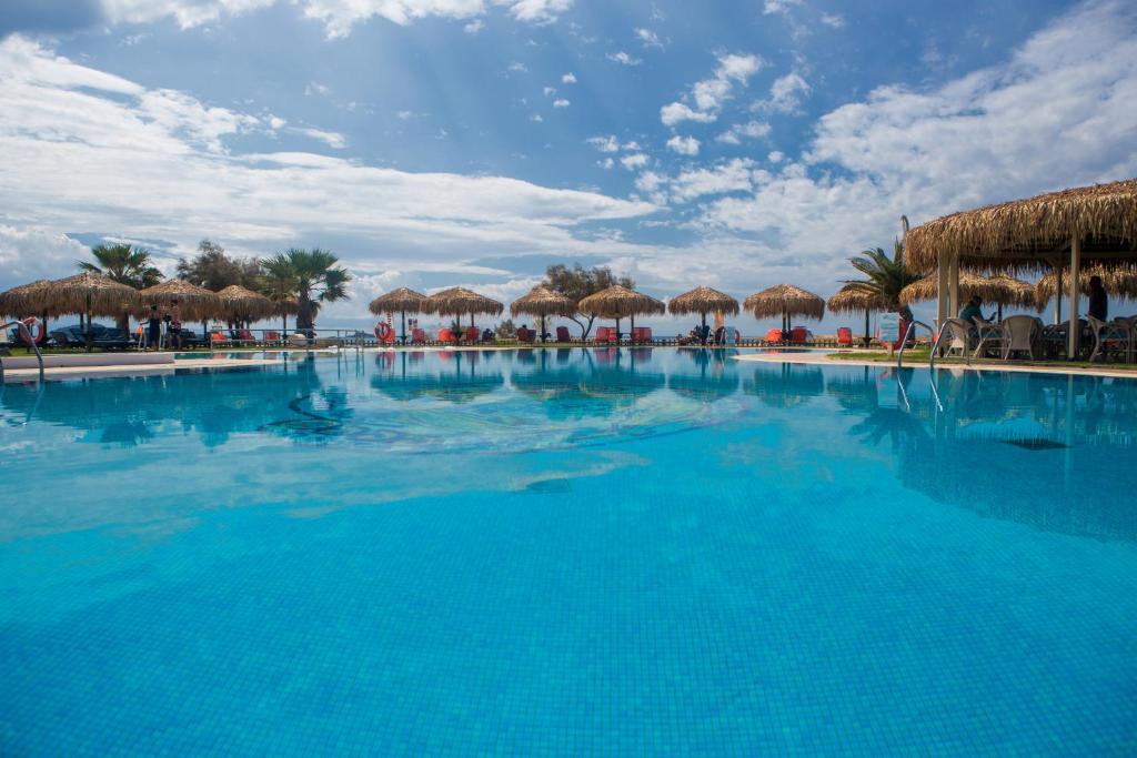 Der Swimmingpool an oder in der Nähe von Plaza Beach Hotel