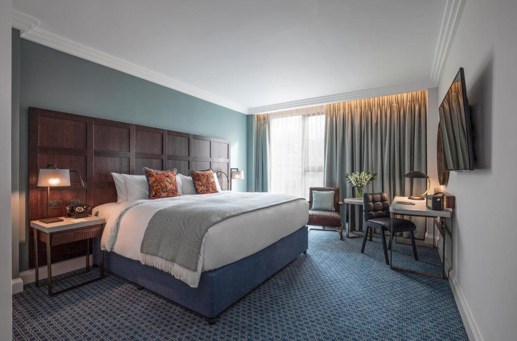 A bed or beds in a room at Clayton Hotel Cambridge formerly The Tamburlaine Hotel