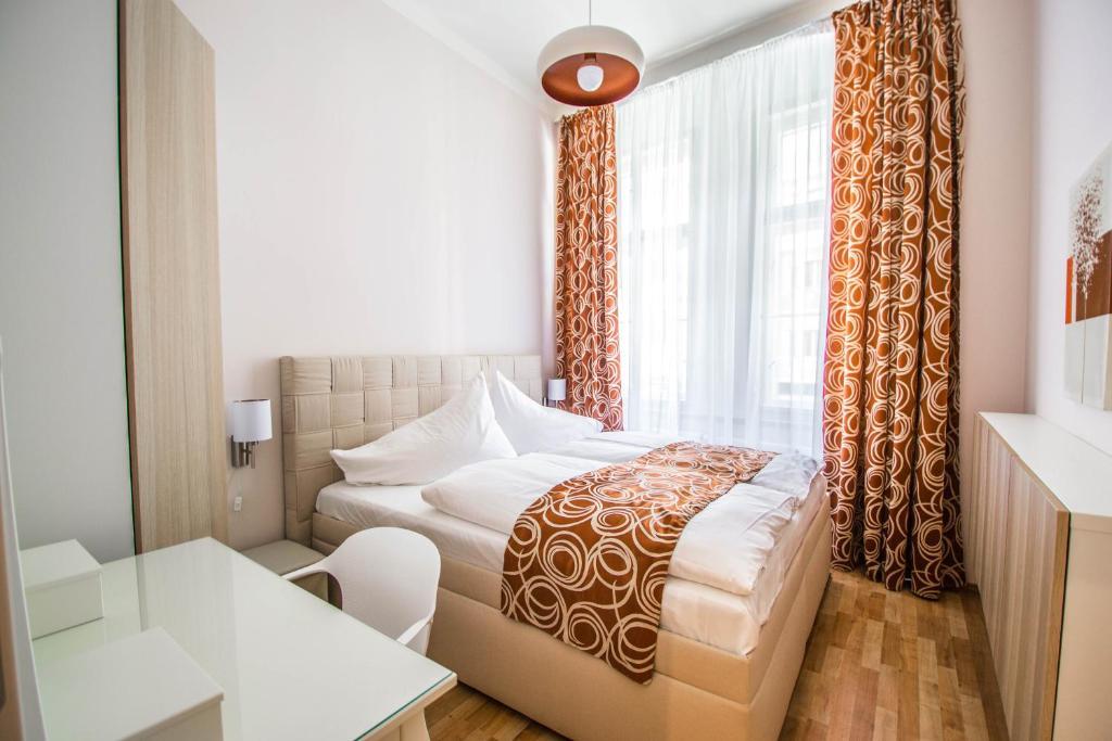Ein Bett oder Betten in einem Zimmer der Unterkunft Bourgeois Apartment in Cultural Heritage Building by Ruterra