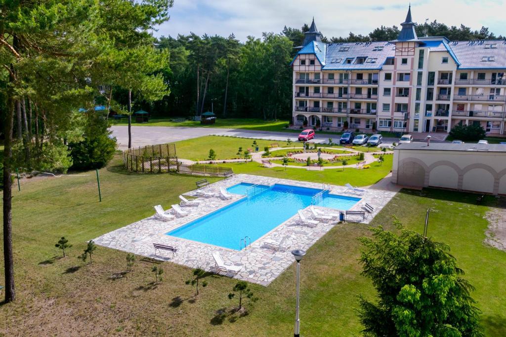 Widok na basen w obiekcie Apartamenty Sosnowe nad Morzem Łukęcin lub jego pobliżu