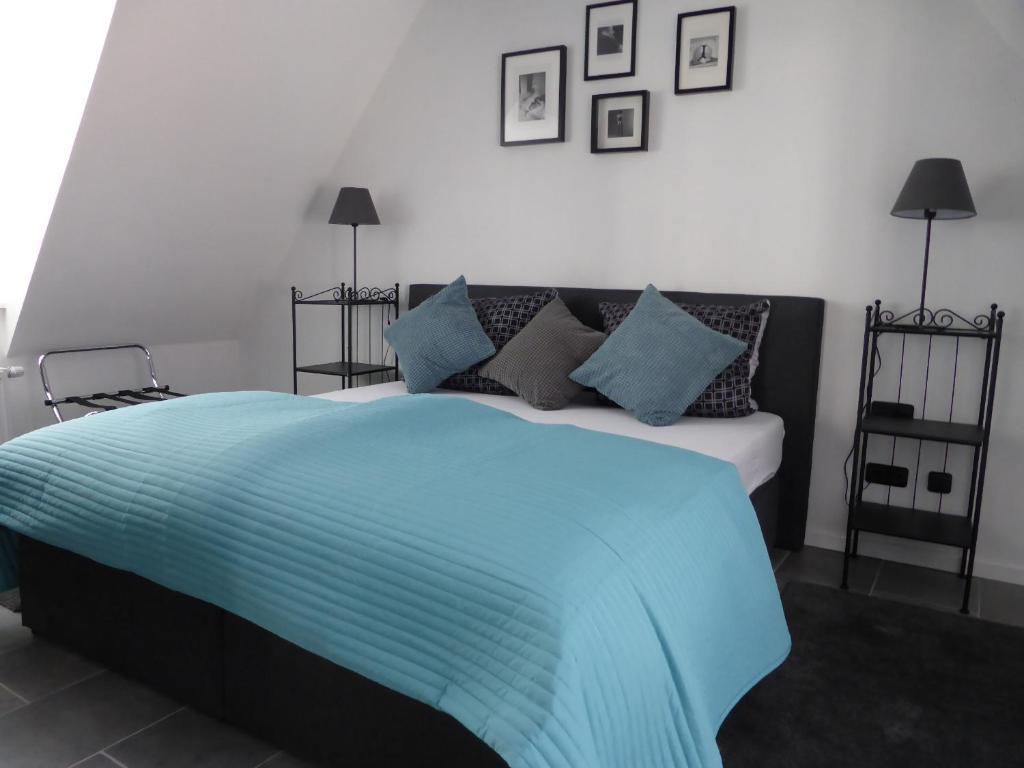 Ein Bett oder Betten in einem Zimmer der Unterkunft CityStudiosTreysa