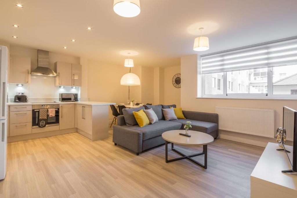 A seating area at Skyline Serviced Apartments - Stevenage