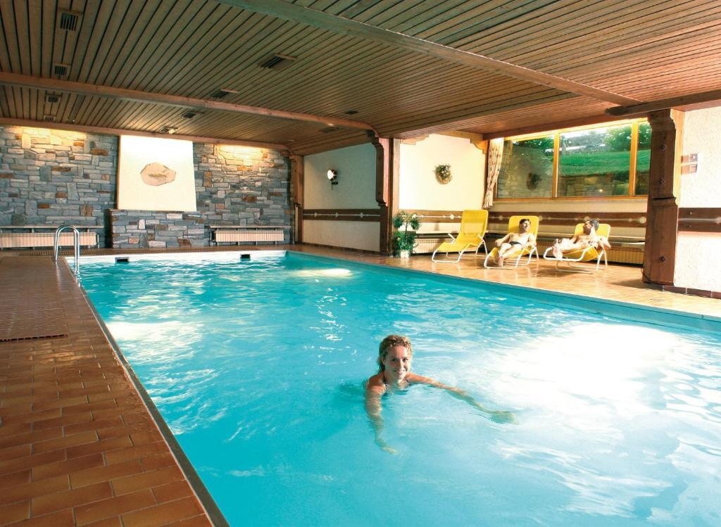 Der Swimmingpool an oder in der Nähe von Appartementhaus Alpenrose