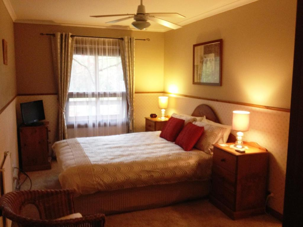 A bed or beds in a room at Southern Vales Bed & Breakfast