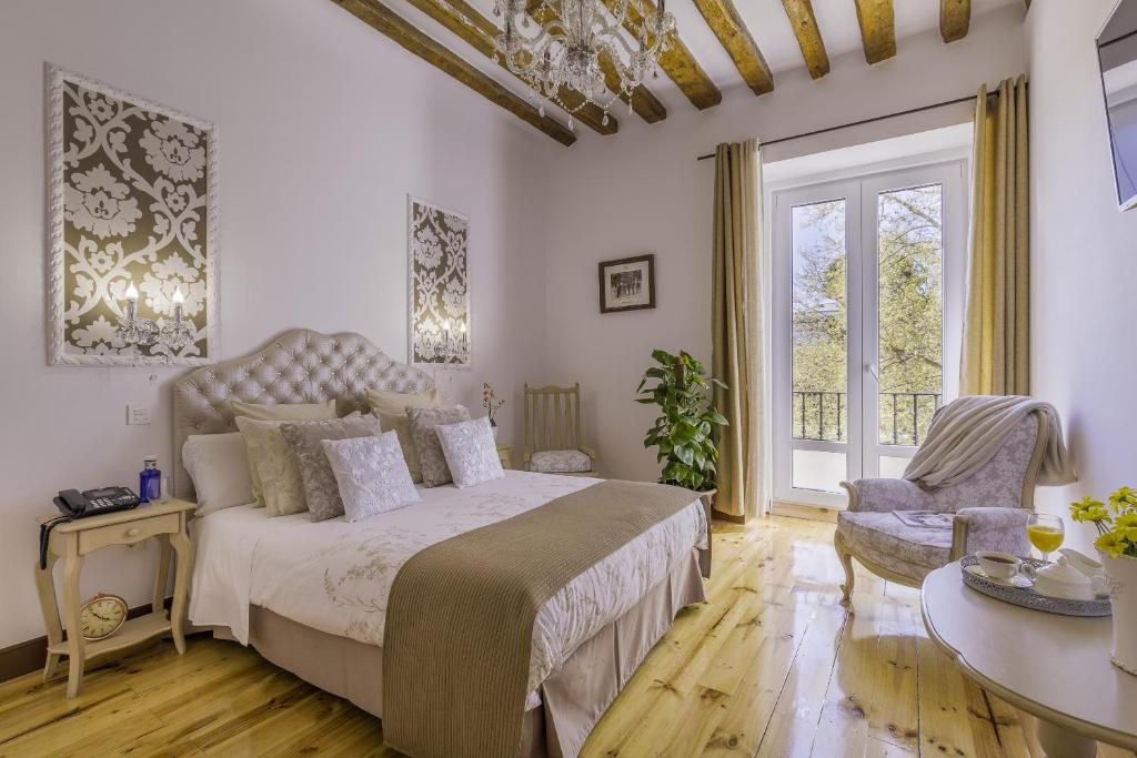A bed or beds in a room at Oriente Palace Apartments