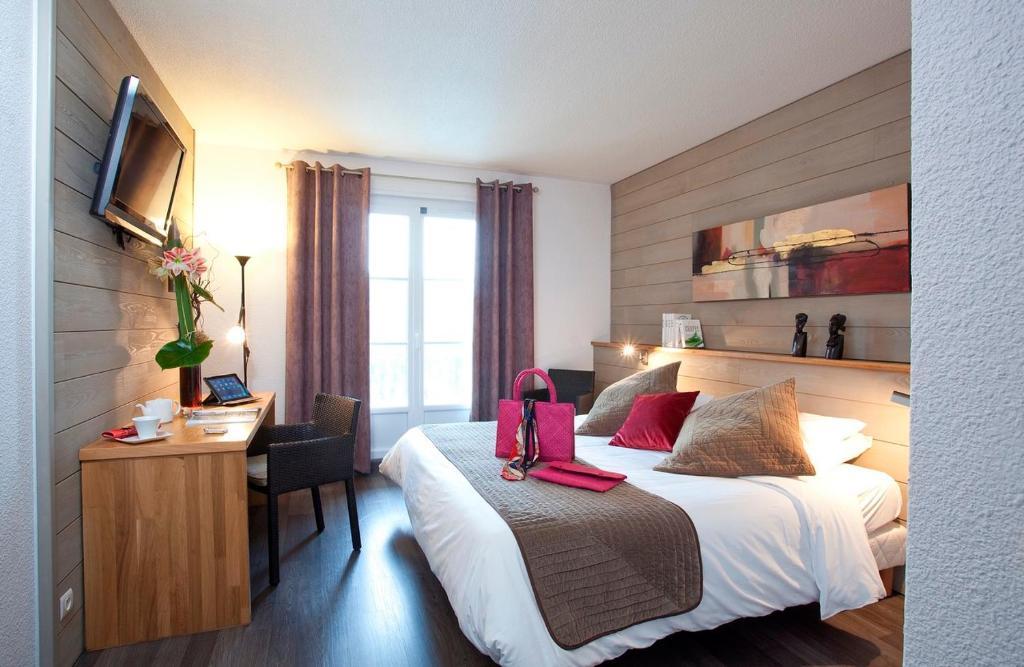 Un ou plusieurs lits dans un hébergement de l'établissement Brit Hotel du Golf Le Lodge