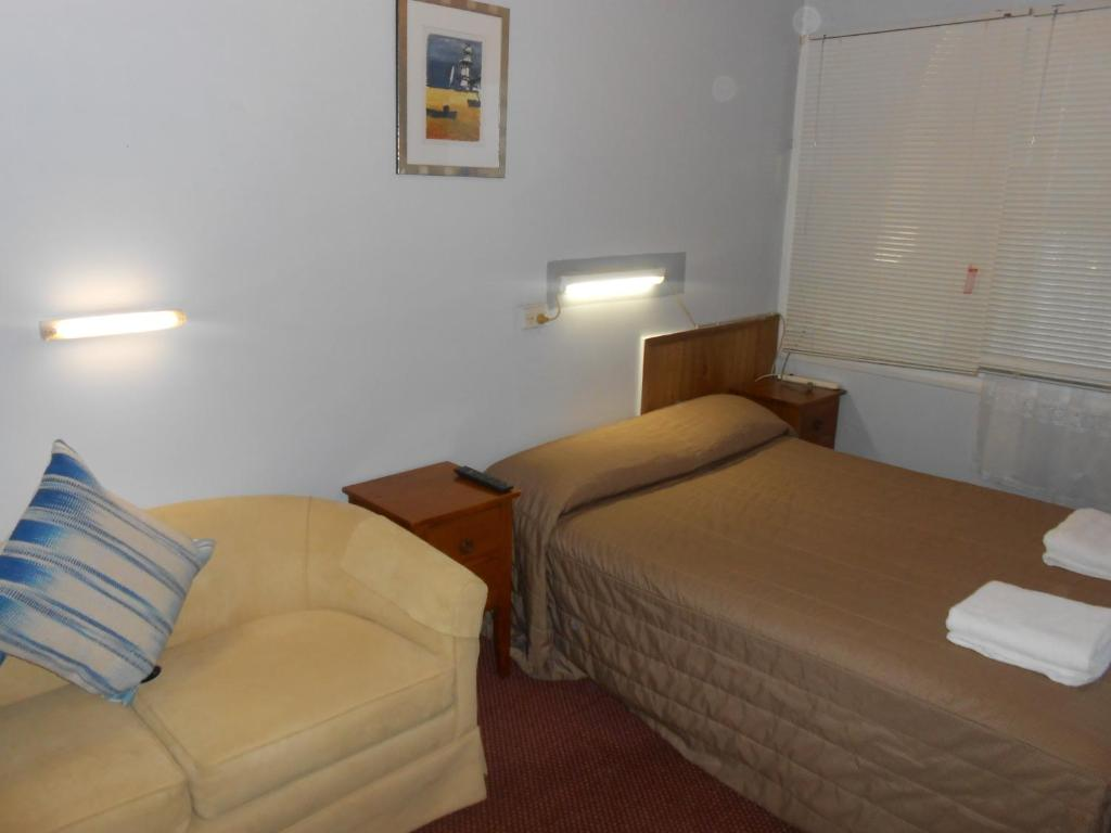 A bed or beds in a room at Mount View Motel