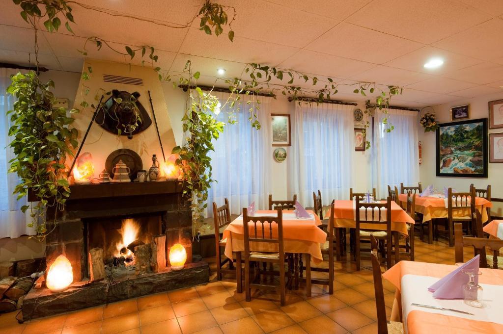 Un restaurante o sitio para comer en Hotel Castillo d'Acher