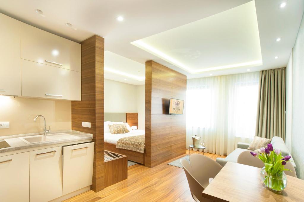 Kuhinja ili čajna kuhinja u objektu NV Luxury Suites & Spa