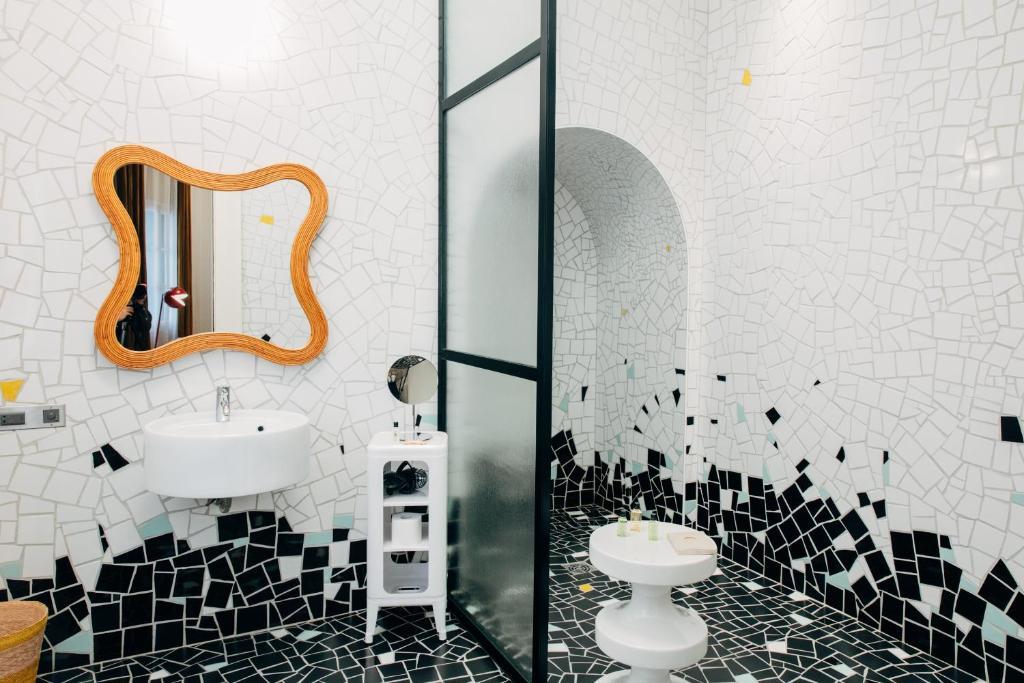 A bathroom at Hôtel Du Cloître