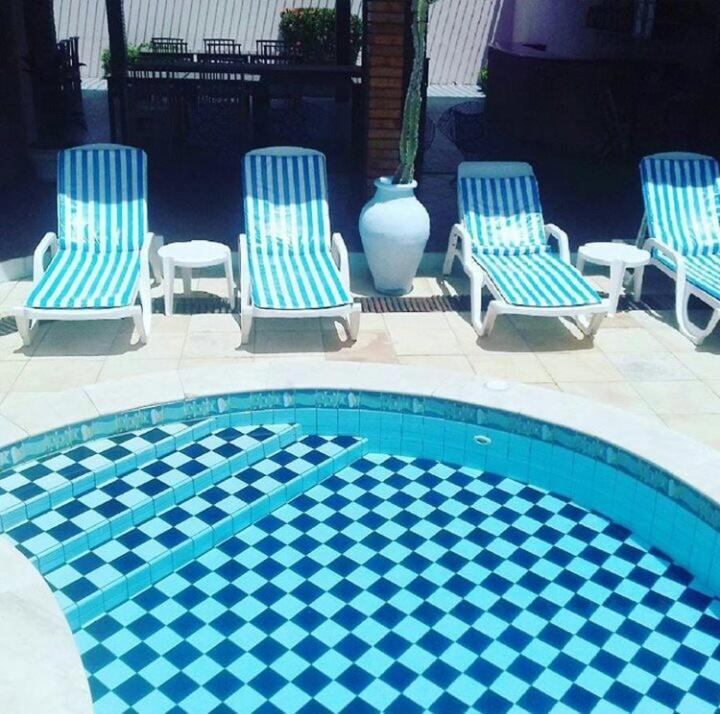 A piscina localizada em Pousada Sete Mares ou nos arredores