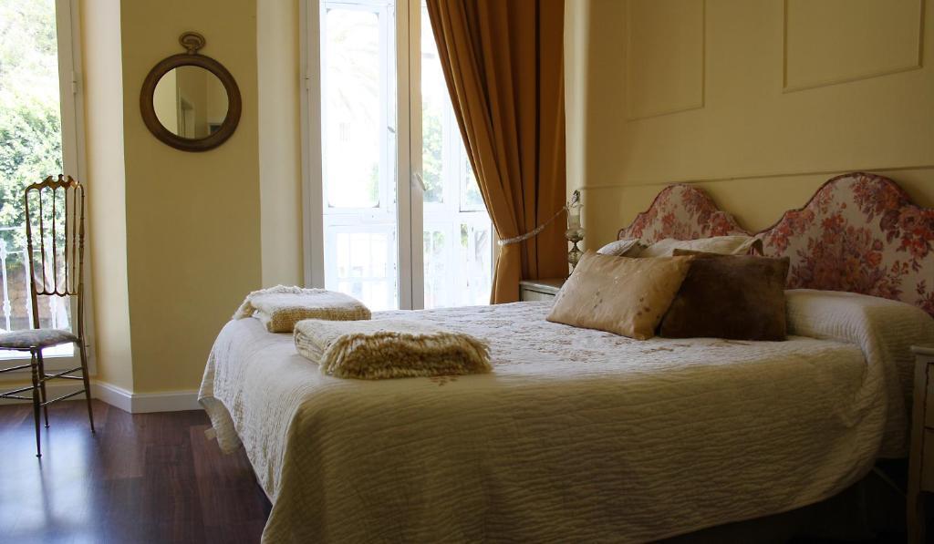 A bed or beds in a room at La Casa Azul B&B + Apartments