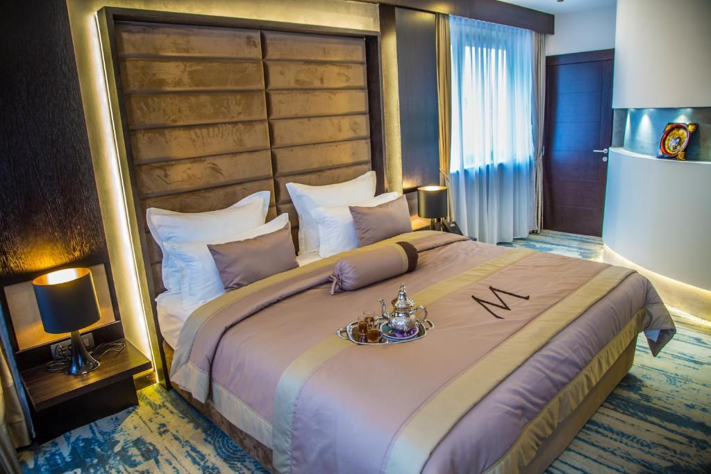 سرير أو أسرّة في غرفة في فندق ملاك ريجنسي