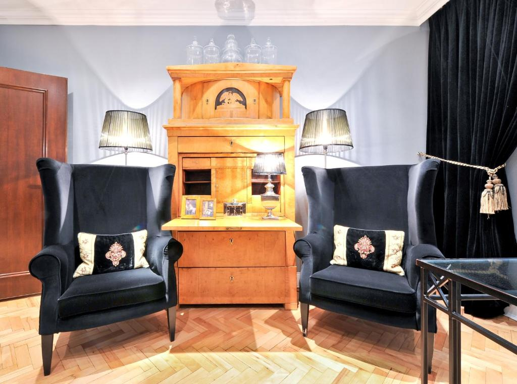 A seating area at Hotel Sir & Lady Astor