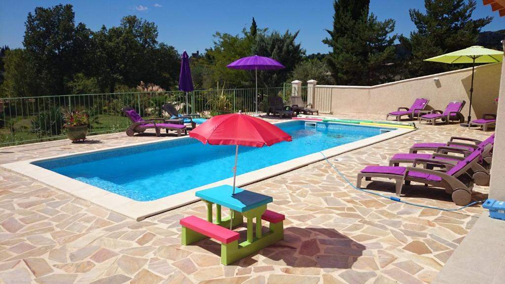The swimming pool at or near Résidence Au Brin d'Olivier