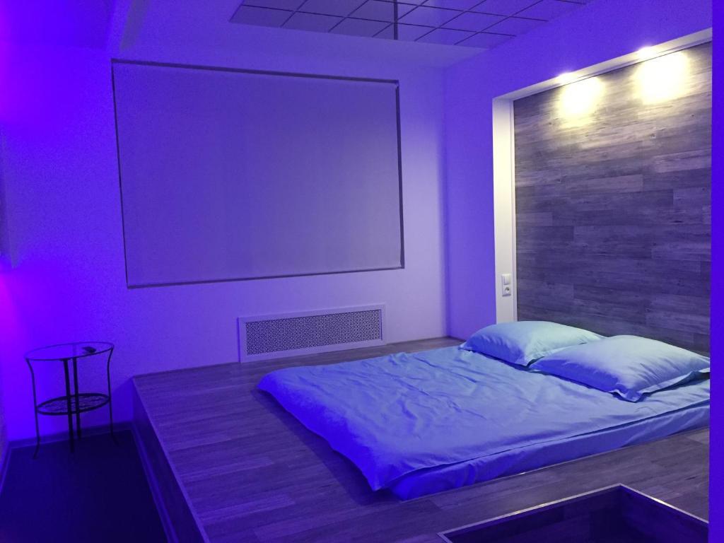 Кровать или кровати в номере Ультрафиолет Отель Некрасовка