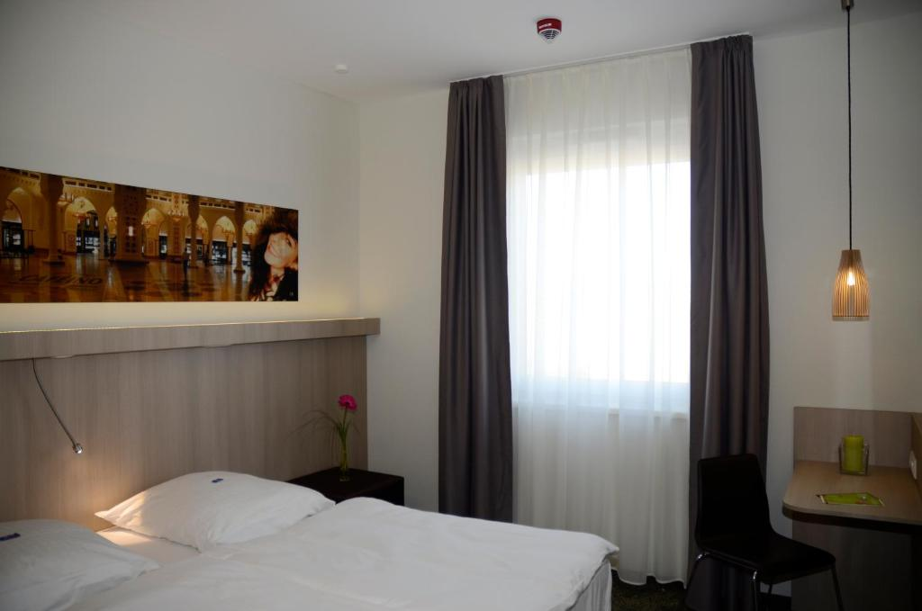 A bed or beds in a room at Hotel Cloppenburg