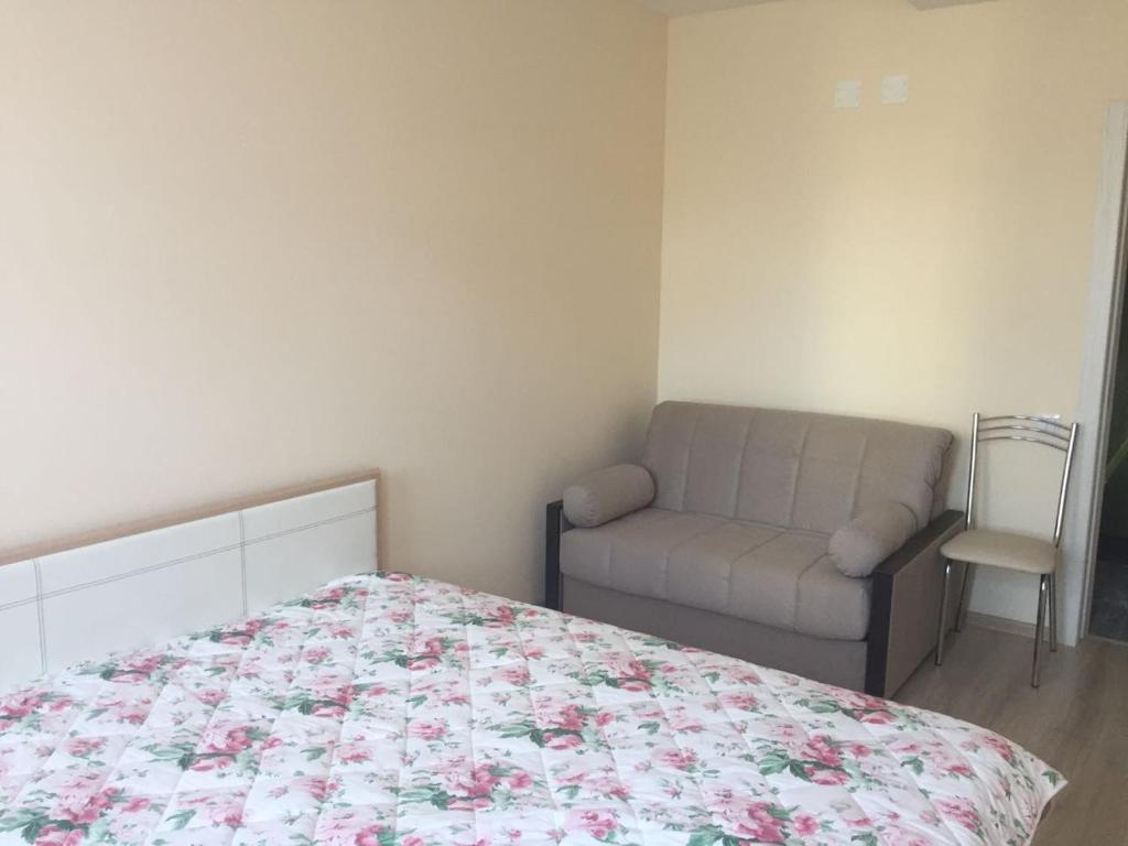 Кровать или кровати в номере Apartment na per Rakhmaninova 45