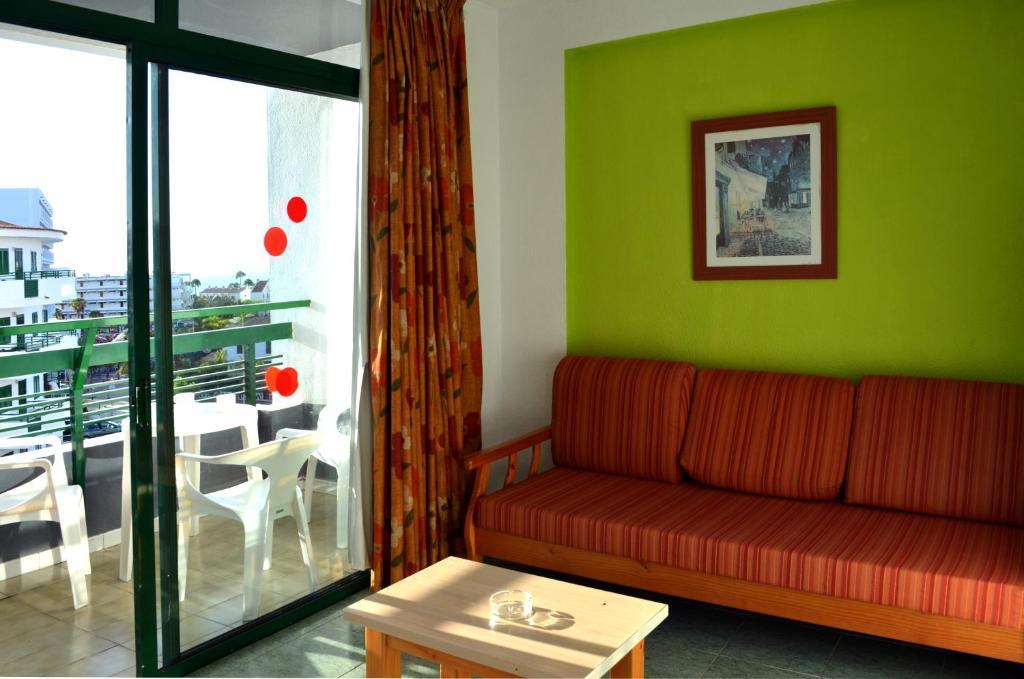 Een zitgedeelte bij Apartamentos Green Park