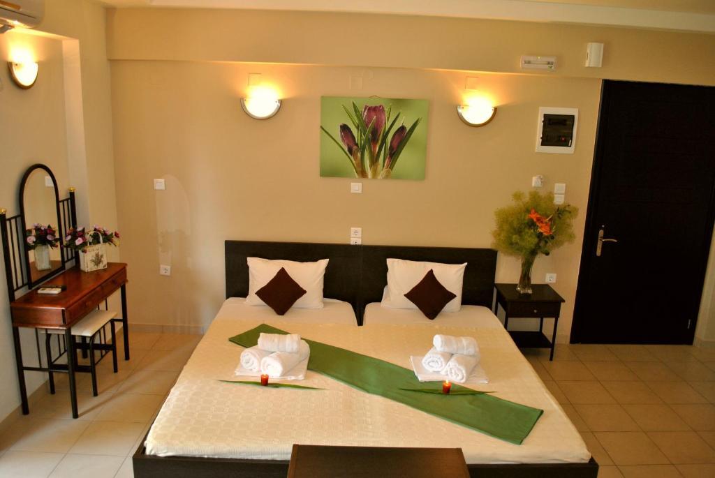 Кровать или кровати в номере Iliovasilema Hotel
