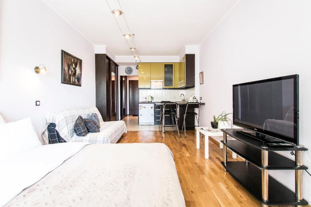 Телевизор и/или развлекательный центр в Apartment 4You Piter ThreE