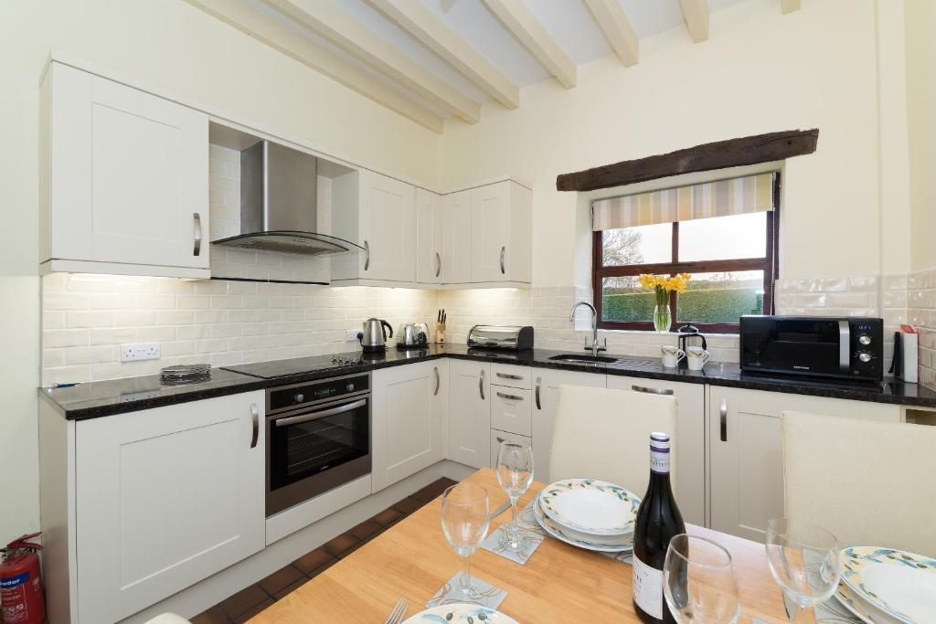 A kitchen or kitchenette at Conwy Valley Cottages
