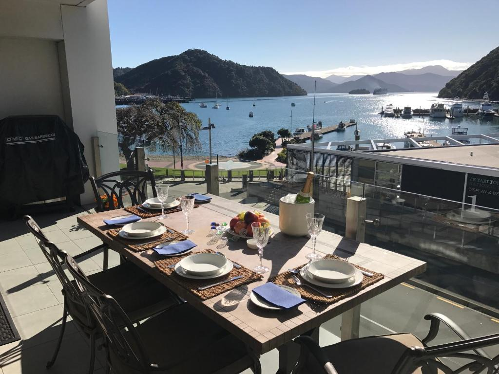 A restaurant or other place to eat at Oxley's Waterfront Luxury Apartment