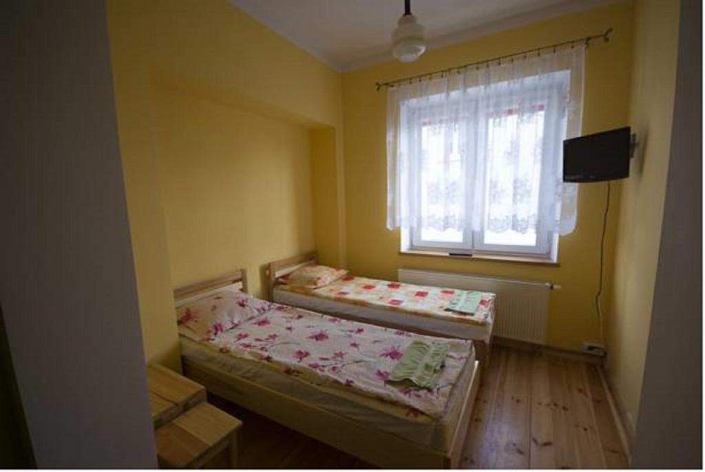 Łóżko lub łóżka w pokoju w obiekcie Iskra