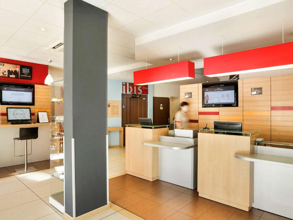 The lobby or reception area at Ibis Brive Centre