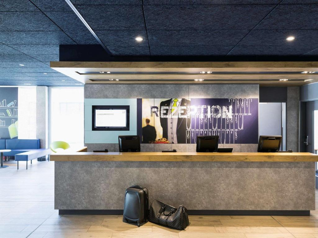 The lobby or reception area at ibis budget Zurich Airport