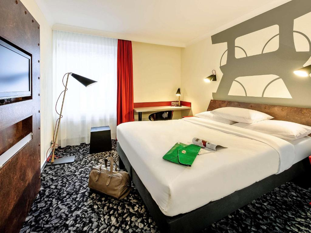 A bed or beds in a room at Hotel am Schlosspark Herten